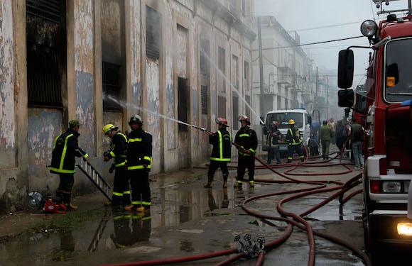 Controlado incendio en almacén de picaduras de cigarros en Centro Habana: no hay víctimas