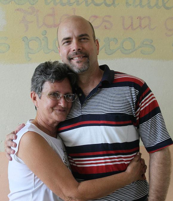 Gerardo Hernández  con su maestra Leonor Espinosa Martínez. Foto: Ismael Francisco/ Cubadebate