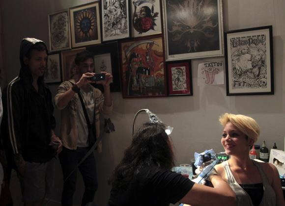 """Demostración de tatuajes, durante la inauguración de la muestra de carteles y tatuajes """"El Dulce Dolor"""", en la galería La Marca. Foto: Ladyrene Pérez/ Cubadebate."""