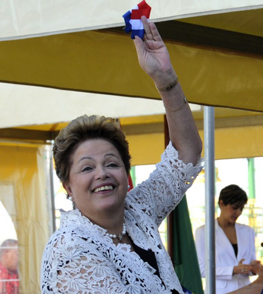 Dilma muestra a la prensa un fragmento de la cinta. Foto: Ladyerene Pérez/ Cubadebate.