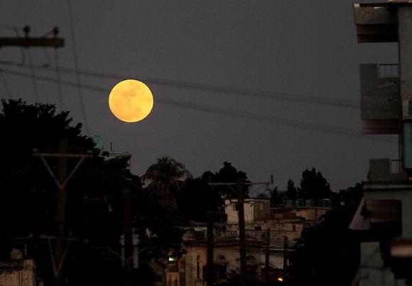 Superluna habanera, el domingo 4 de enero de 2015. Foto: Ismael Francisco/ Cubadebate