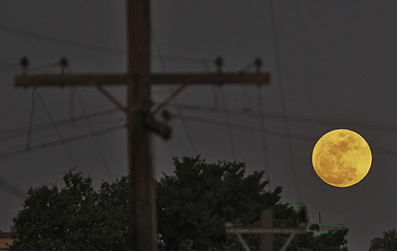 Superluna habanera, el domingo 4 de enero de 2015. Foto: Ismael Francisco/ Cubadebate