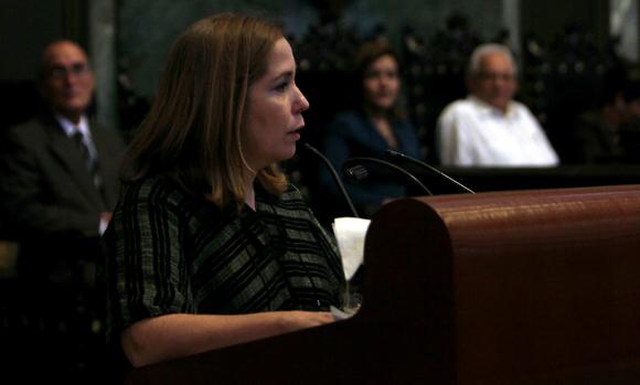 Rosa Miriam Elizalde al hablar en el Aula Magna en nombre de los premiados, en el acto en el que se reconocieron las mejores tesis de doctorado de Cuba en el curso académico 2013-2014. Foto: Ladyrene Pérez/ Cubadebate.