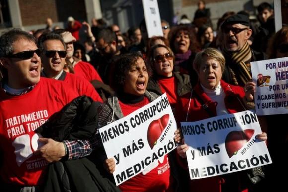 Manifestantes exigen reducción en el tratamiento contra la hepatitis C en Madrid, España. Foto AP