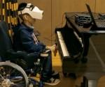 niño discapacitado tocando piano con la vista