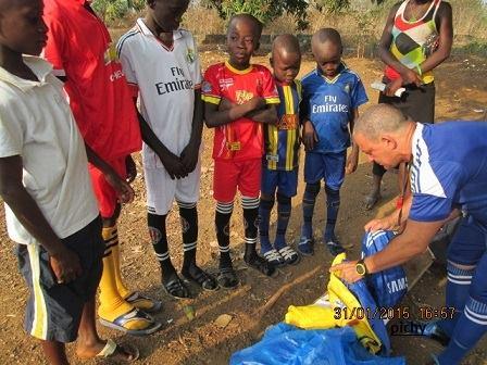 Enfermeros de la Brigada Médica Cubana en Sierra Leona crean equipo de fútbol infantil. Foto: Dr. Pichy Vigil