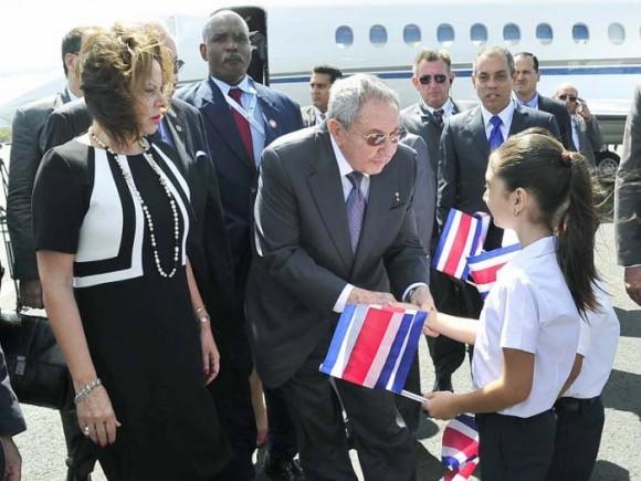 Cerca de las once (hora de Cuba), el General de Ejército fue recibido en el aeropuerto internacional Juan Santamaría por la vicepresidenta Ana Elena Chacón, quien le dio la bienvenida. Foto: Estudios Revolución.
