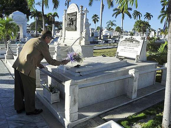 raul-rinde-tributo-a-los-heroes-y-martires-1
