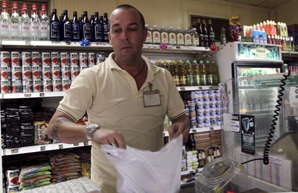 La venta en dos monedas se presta en todas las unidades minorista de CIMEX, lo cual incluye la venta de mercancías, los servicios gastronómicos, los de recreación y  la venta de combustible, más recientemente.Foto: Ladyrene Pérez/ Cubadebate.