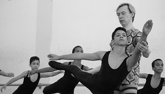 Vladimir Malakhov junto a estudiantes de la Escuela de Ballet de Holguín.