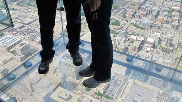 willis tower, chicago: ¿Te imaginas tener la ciudad de Chicago a tus pies? Desde la Willis Tower es posible. Esta torre, que hasta hace poco era la más alta de todo Estados Unidos (superada ahora por el reciente One World Trade Center de Nueva York), es uno de los lugares más famosos del país. Y no le faltan motivos. Eso sí, no te lo recomendamos si sufres de vértigo.