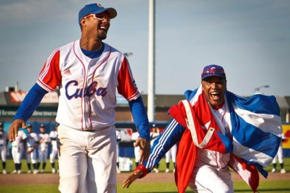 Yulieski Gourriel (izquierda) designado el Jugador Más Valioso del Torneo y el mentor triunfador Víctor Mesa.  Foto: Michael Rosa/ Basebolldecuba