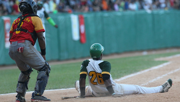 Osniel Madera se sienta en el home a disfrutar su jonrón que decidió el campeonato. Foto: Ismael Francisco/Cubadebate.