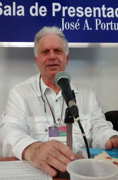 Arnold August agradeció la concurrencia que acudió a la cita, y el empeño de quienes trabajaron para hacer realidad la edición cubana de su libro. Foto: Luis Toledo Sande
