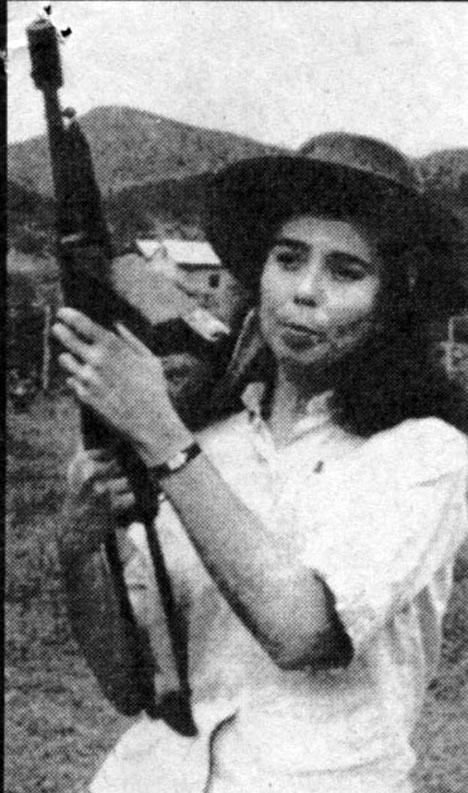 Vilma Espín con la ametralladora de Pepe Cuza.