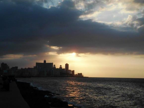 Atardecer en el Malecón. Foto: Nerky Bernal Reyes / Cubadebate