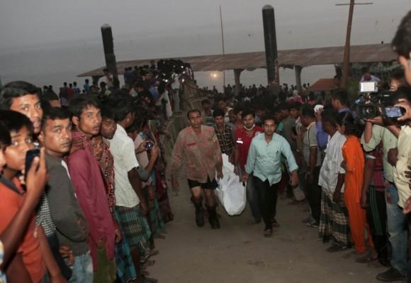El equipo de rescate carga el cuerpo de un pasajero tras el hundimiento de un barco en Bangladesh. Foto: AP.