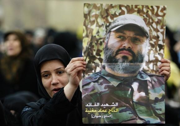 Un partidario de Hezbolá libanés sostiene un cartel de Imad Mughniyah durante un mitin en el suburbio sur de Beirut el 16 de febrero de 2009, para conmemorar el primer aniversario de la muerte del comandante de Hezbollah asesinado. (Hussein Malla / Associated Press)
