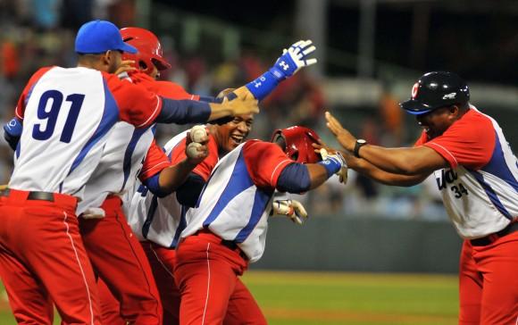 Serie del Caribe 2015 CUB-PR. Gana Cuba 3 x 2. Alarcón anota la carrera decisiva por jit de Roel Santos. Foto: Ricardo López Hevia / Enviado de Granma / Cubadebate