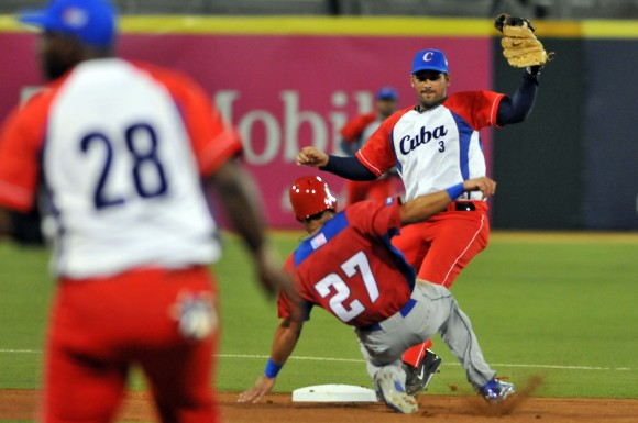 Serie del Caribe 2015 CUB-PR gana Cuba 3 x 2.  Jugada en 2da base Luis Alberto Valdes ss. Foto: Ricardo López Hevia / Enviado de Granma / Cubadebate
