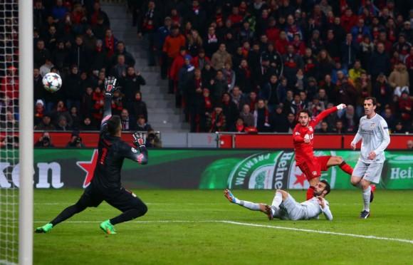 Calhanoglu supera a Moyà y marca ante Gámez y Godín el gol del Bayer. / ALEX GRIMM (BONGARTS/GETTY IMAGES)