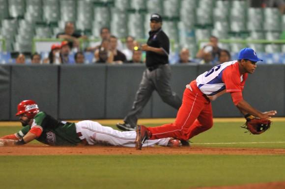 Cuba Campeón de la Serie del Caribe 2015. Luis Yander La O cubrió muy bien la tercera y fue el Todos Estrellas de la Serie en esa posición. Foto: Ricardo López Hevia / enviado Especial de Granma / Cubadebate