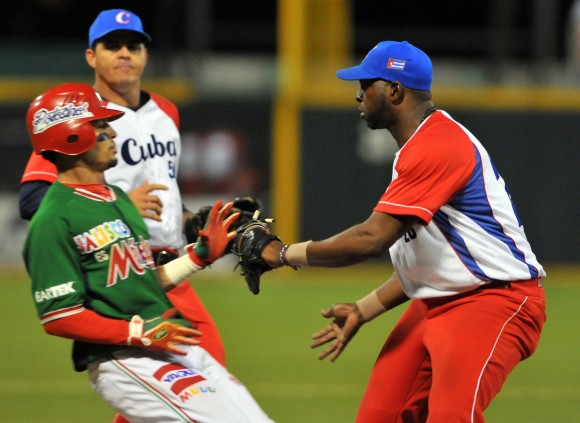 Cuba Campeón de la Serie del Caribe 2015. El primera base pinareño William Saavedra jugó bien a la defensa y conectó dos jits en el juego decisivo. Foto: Ricardo López Hevia / enviado Especial de Granma / Cubadebate