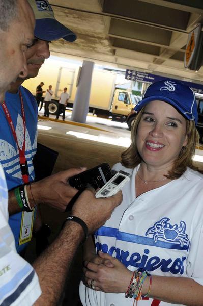 Carmen Yulin Cruz Soto, Alcaldesa de San Juan, brinda declaraciones a la prensa cubana, durante la llegada del equipo Cuba de béisbol, al aeropuerto Internacional Luis Muñoz Marín, en Puerto Rico, el 31 de enero de 2015.  AIN FOTO/Roberto MOREJON RODRIGUEZ