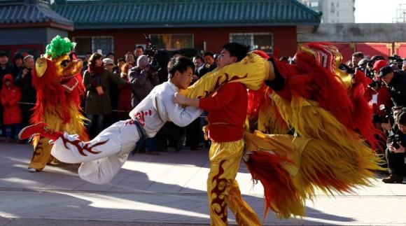 Artistas actúan durante la presentación de la danza del león hoy, miércoles 18 de febrero de 2015, para iniciar la semana de festividades para el Festival de Primavera y la víspera del Año Nuevo Lunar Chino, a la entrada del parque Ditan en Pekín (China). EFE/ROLEX DELA PENA