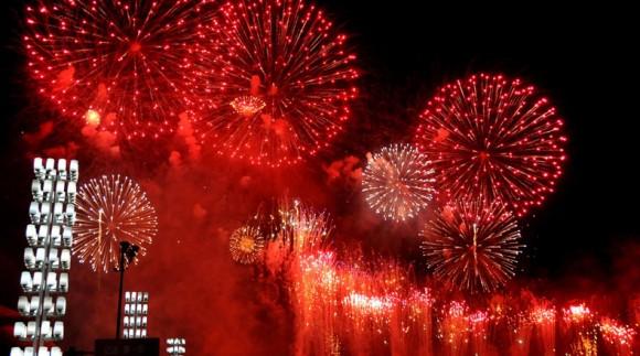Imagen del 24 de enero de 2012 de fuegos artificiales explotando durante las celebraciones del Festival de Primavera, sobre la Plaza Xinghai, en la ciudad de Dalian, en la provincia de Liaoning, en el noreste de China. Durante la celebración del Festival de Primavera, la mayoría de los chinos disfrutan de los petardos y de los fuegos artificiales. De acuerdo con la tradición, el estruendo que producen aleja a los espíritus malignos de casas y negocios. Además, en las principales ciudades se llevan a cabo espectáculos de fuegos artificiales como un llamado a la buena fortuna.(Xinhua/Lu Wenzheng