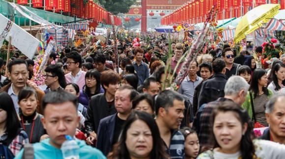 Personas vistan un mercado de flores en la víspera del Festival de Primavera, en Shenzhen, de la provincia de Guangdong, en el sur de China, el 18 de febrero de 2015. Personas en Guangzhou tienen la tradición de llevar a sus hogares flores festivas previo al inicio del Año Nuevo Lunar, tradición que se cree atrae la buena suerte. (Xinhua/Mao Siqian) (rhj) (sp)