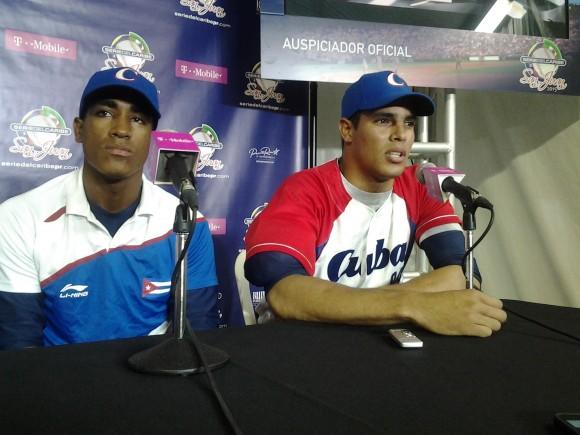 Roel Santos y Héctor Mendoza en la conferencia de Prensa tras la victoria ante Puerto Rico. Foto: Joel García