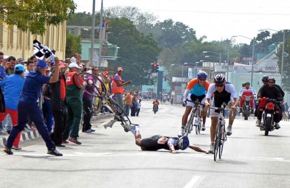 Javier revilla (28, de Guantánamo), sufrió una caida durante la 7ma etapa Ciego de Ávila-Santi Spíritus, del Clásico de Ciclismo Guantánamo Habana. Foto: Otmaro Rodríguez / Cubadebate