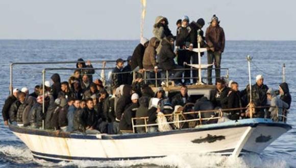 Alrededor de 105 inmigrantes iban en una lancha a la isla italiana de Lampedusa. Foto: AP.