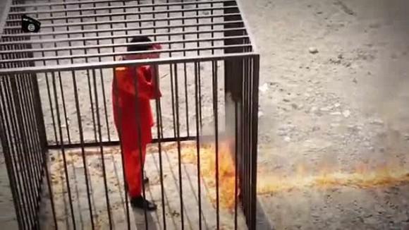Muath al-Kaseasbeh a punto de ser quemado vivo por EI.