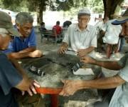 Ancianos cubanos jugando dominó. Foto: Archivo.