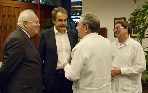 Raúl y Zapatero se reúnen en La Habana. Junto a ellos, el excanciller español Miguel Angel Moratinos y el Canciller cubano Bruno Rodríguez. 25 de febrero de 2015. Foto: Estudios Revolución.
