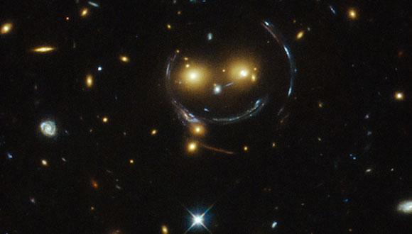 Pueden distinguirse formas que representan dos ojos de color naranja y el botón blanco de la nariz. Foto: NASA/ ESA Hubble Space Telescope