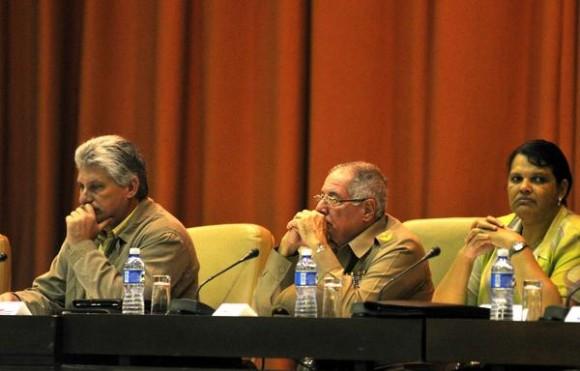 De izq. a der.: Miguel Díaz-Canel Bermúdez, miembro del Buró Político del Partido Comunista de Cuba (PCC) y Primer Vicepresidente de los Consejos de Estado y de Ministros, el Viceministro Primero de las FAR y Jefe del Estado Mayor General, General de Cuerpo de Ejército Álvaro López Miera, y Mercedes López Acea (I), Primera secretaria del Partido Comunista de Cuba (PCC), en La Habana, presidieron el acto inaugural del Primer Taller de Informatización y Ciberseguridad, en el Palacio de Convenciones, en La Habana, Cuba, el 18 de febrero de 2015. AIN FOTO/Abel ERNESTO