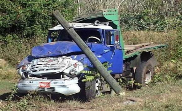 El accidente tuvo lugar a las 11:45 de la noche, cuando este camión, cargado de personas, se salió de la vía y se volcó. Foto: del autor