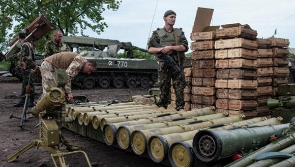"""Obama tomará una decisión """"en breve"""" ante el agravamiento de los combates en el Este del país. Merkel y Hollande se postulan como mediadores y presentan un plan de paz a Putin"""