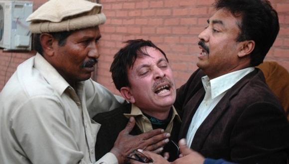 Familiares al conocer la noticia del atentado. / Foto: Reuters.