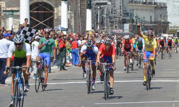 Llegada a La Habana, meta final del Clásico de Ciclismo Guantánamo-La Habana. Foto: Yander Zamora / Cubadebate