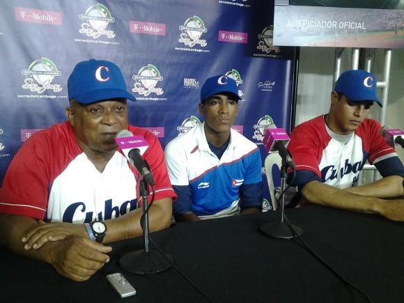 Urquiola (izq.), Roel (centro) y Mendoza (der.) en la Conferencia de Prensa tras el juego contra Puerto Rico. Foto: Joel García