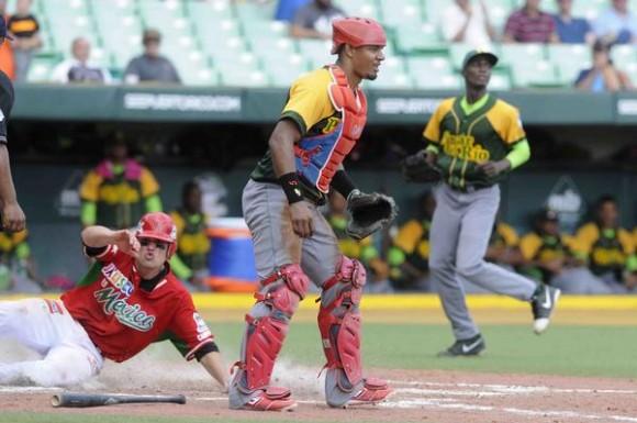 Ismael Salas (I), de México, anota la carrera que le da la ventaja y la victoria a su equipo, sobre el de Cuba, en el juego inaugural de la Serie del Caribe 2015, en el Estadio Hiram Bithorn, en San Juan,  Puerto Rico, el 2 de febrero de 2015.   AIN  FOTO/ Roberto MOREJÓN RODRÍGUEZ/