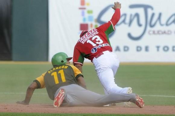 El cubano Alarcón, es puesto out en segunda base, en el juego inaugural de la Serie del Caribe 2015, en el Estadio Hiram Bithorn, en San Juan,  Puerto Rico, el 2 de febrero de 2015.   AIN  FOTO/ Roberto MOREJÓN RODRÍGUEZ