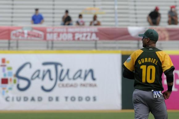 Yulieski Gurriel único que anotó carrera por los cubanos , en el juego inaugural de la Serie del Caribe 2015, en el Estadio Hiram Bithorn, en San Juan,  Puerto Rico, el 2 de febrero de 2015.   AIN  FOTO/ Roberto MOREJÓN RODRÍGUEZ/