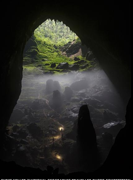 """Esta foto de un grupo escalando un sumidero en las profundidades de Son Doong, la cueva más grande del mundo, en Vietnam, fue tomada por Chris Miller y fue la ganadora en la categoría """"Rural"""". Foto: BBC Mundo."""