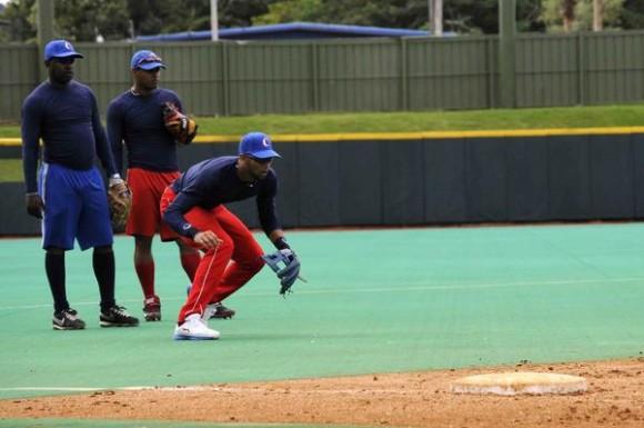 Jugadores de la tercera base durante el entrenamiento  del equipo Cuba de béisbol en el estadio Roberto Clemente en el municipio de Carolina, al este de San Juan, Puerto Rico, el 1 de febrero de 2015. AIN FOTO/Roberto MOREJON RODRIGUEZ / Cubadebate