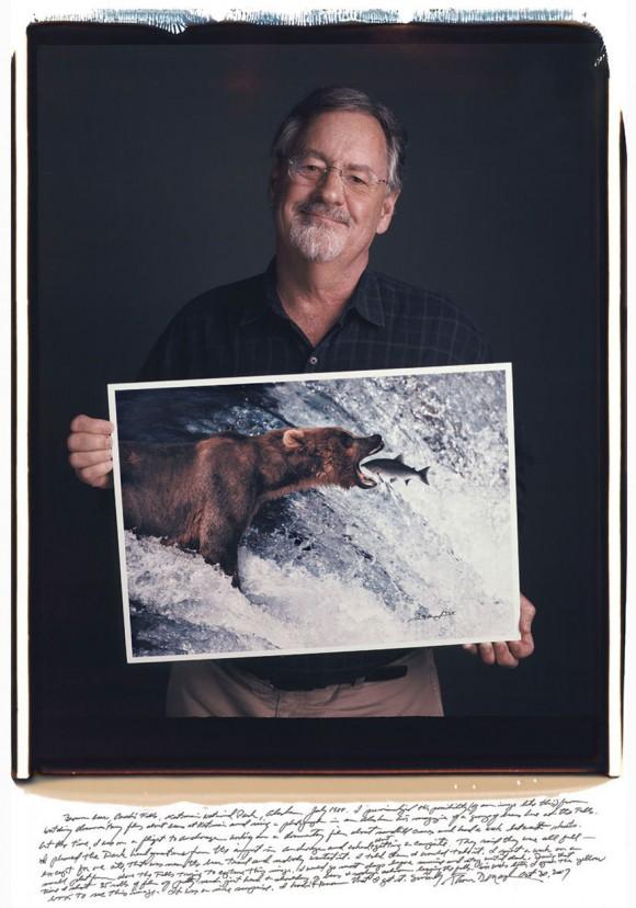 Thomas Mangelsen: Oso pardo en el parque nacional Brook Falls Katmai, en Alaska, julio de 1988. Previsualicé la posibilidad de hacer una foto como esta al ver documentales sobre los osos de Katmai y ver algunas fotos de los osos en las cascadas. En aquel entonces estaba volando hacia Anchorage mientras trabajaba en un documental sobre Sandhill Cranes, y tenía una semana entre sesiones. Llamé al parque desde el aeropuerto de Anchorage y les pedí que me dejaran acampar. Dijeron que estaban a tope, excepto por un sitio cerca de la ruta de los osos que nadie quería, y les dije que me lo quedaba. Pasé una semana en una plataforma sobre las cascadas intentando sacar esta foto. Iba casi todos los días antes del amanecer y me iba cuando estaba oscuro. Durante ese tiempo gasté 35 carretes que eran sobre todo cabezas y hombros de osos y salmones saltando. Seis semanas después abrí la caja amarilla y vi esta imagen, fue una sorpresa, no sabía que la tenía.